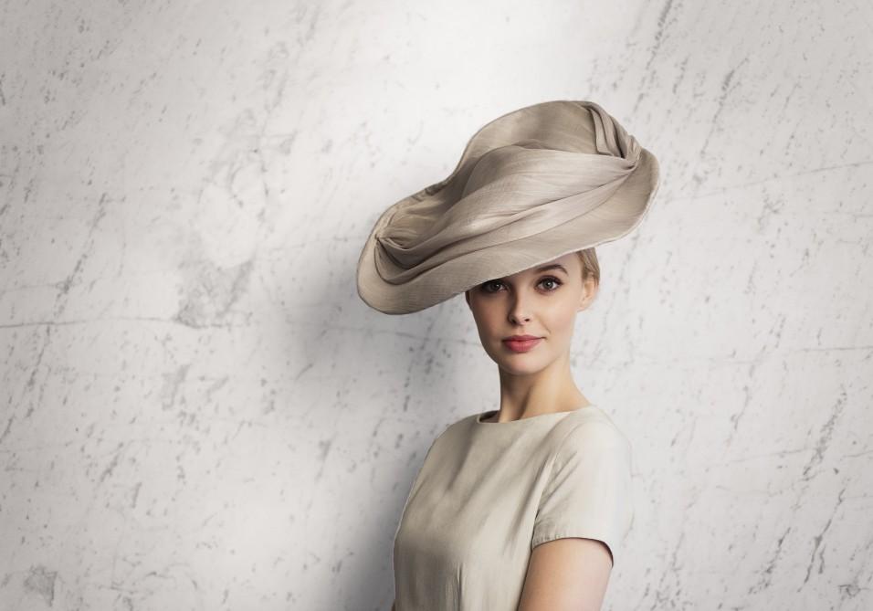 Chapeau glamour drapé gris perle