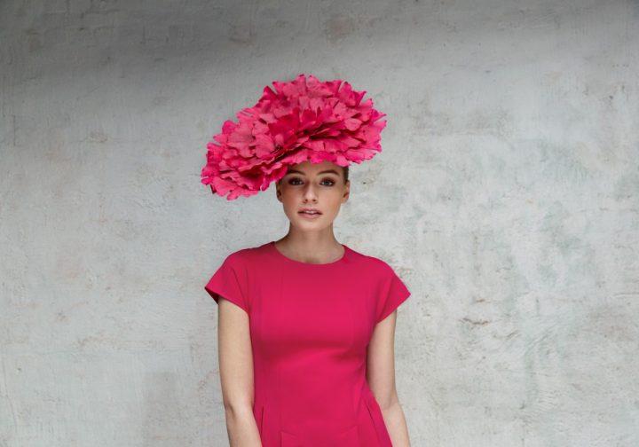 Chapeau couture extraordinaire garni de pétales