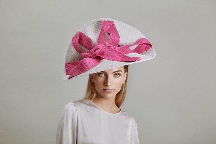 Verhoogde roze en witte hoed van stro
