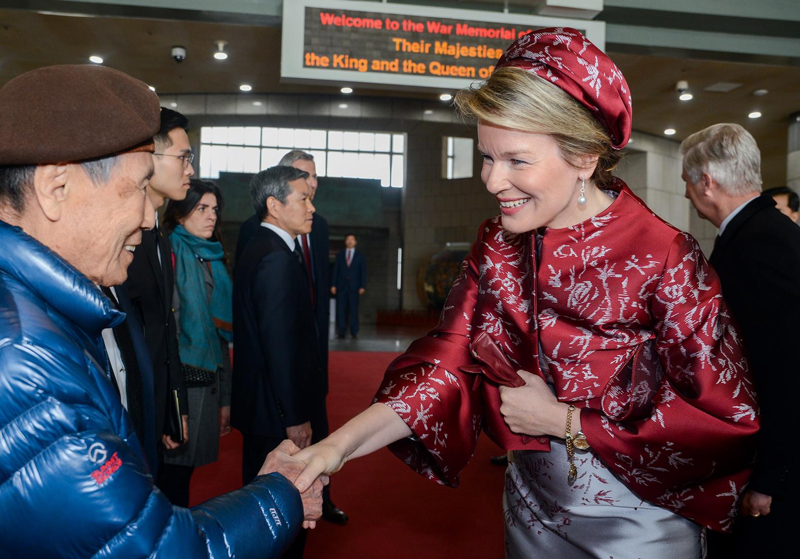 Koningin Mathilde van België draagt Fabienne Delvigne's creaties tijdens het staatsbezoek aan Zuid-Korea