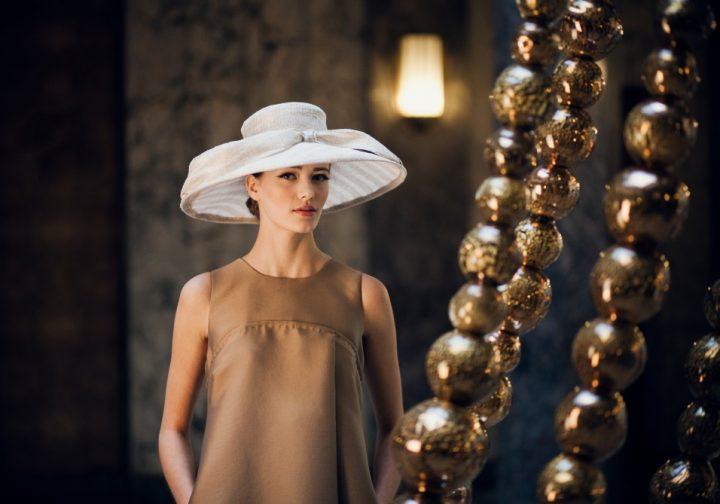 Large hat in natural fibers