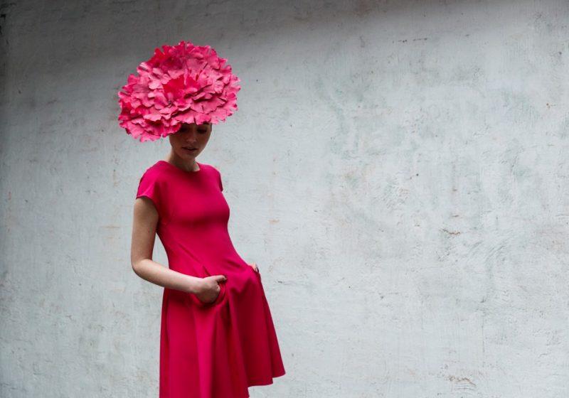 Hoed versierd met handgemaakte bloemblaadjes