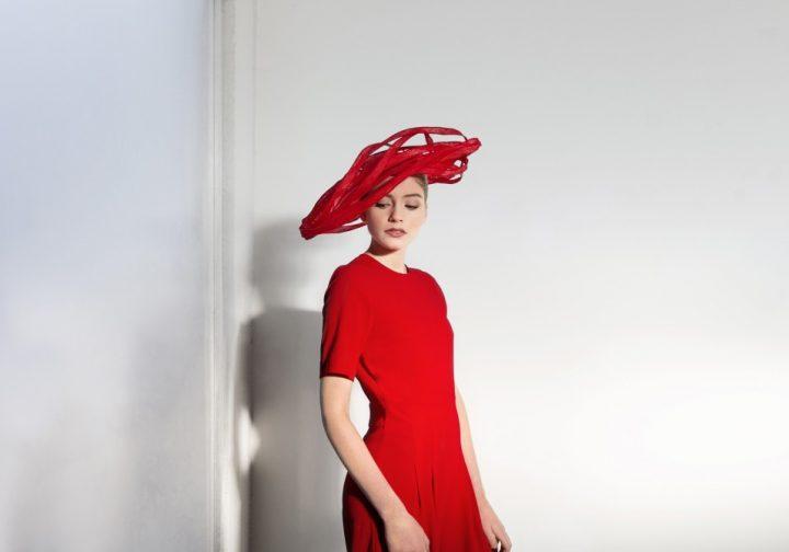 Chapeau graphique rouge