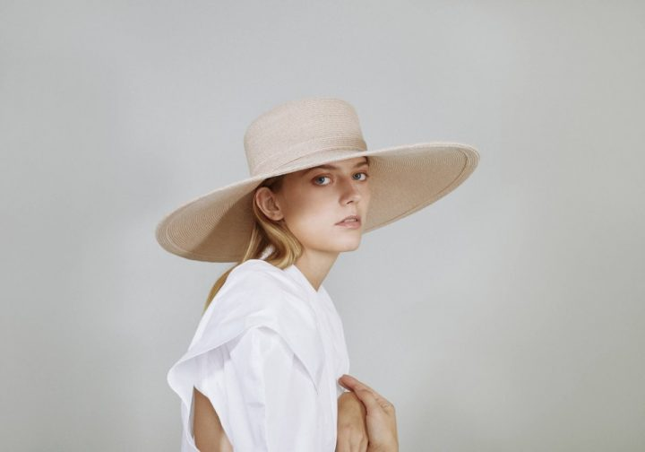 Boater hat in straw natural color