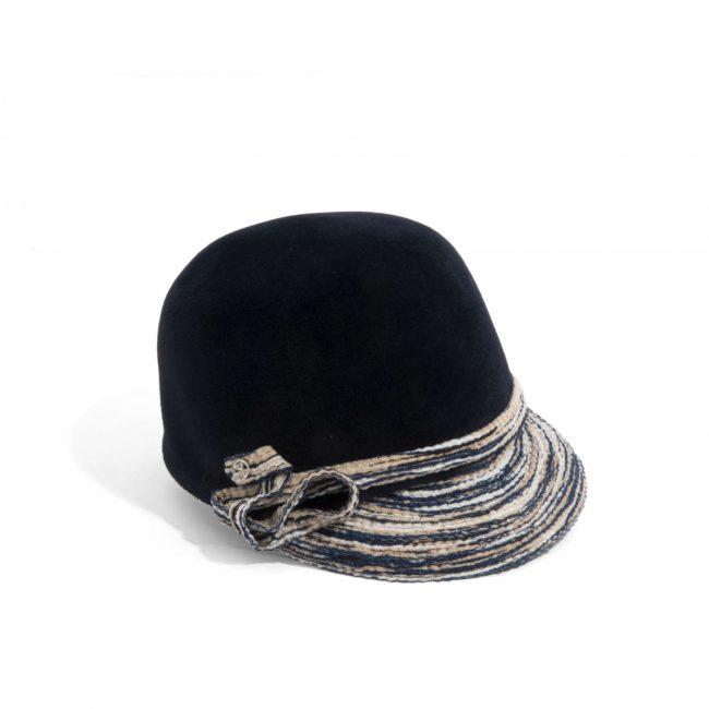 Petite casquette en feutre velours à visière tressée.
