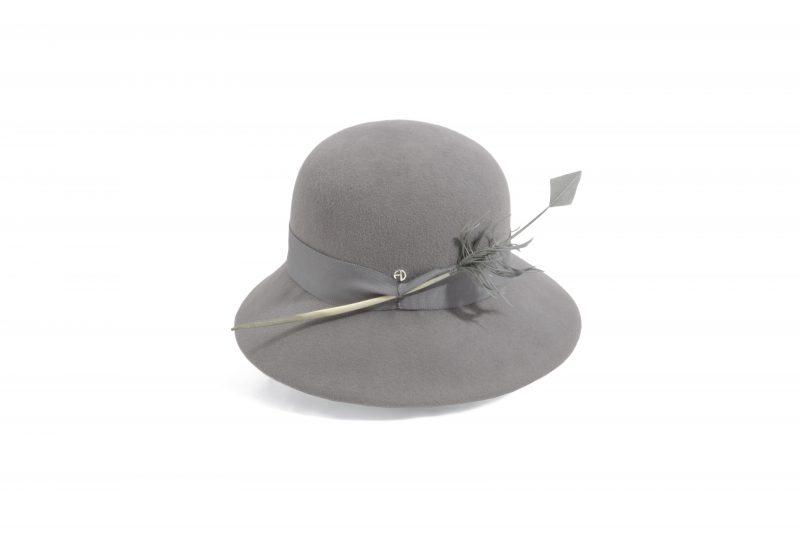 Chapeau cloche orné d'une plume