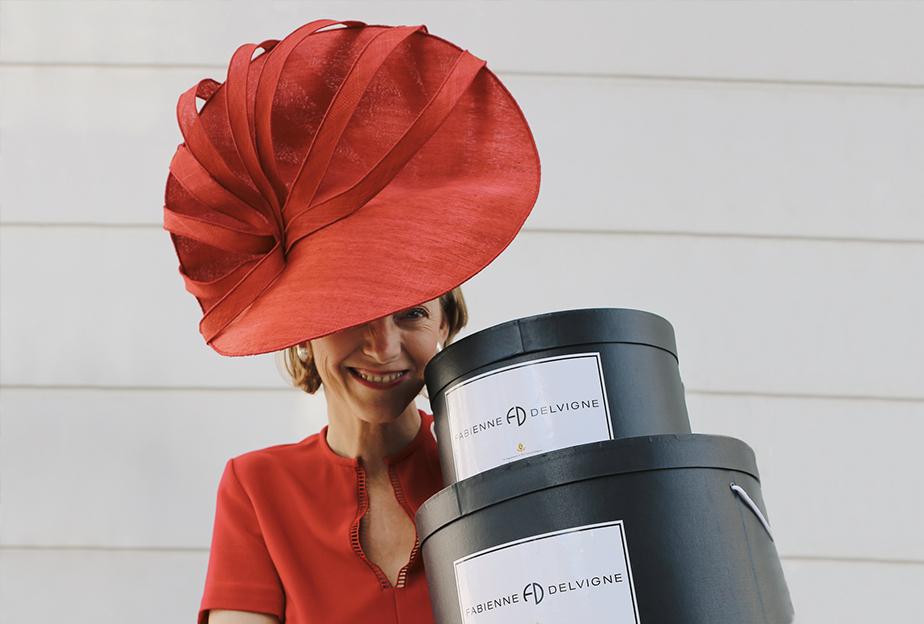 Fabienne Delvigne portant le chapeau Ditsie en rouge.