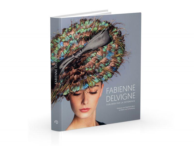Het boek verhaalt de buitengewone carrière van Fabienne Delvigne, een hoedenontwerper en houder van een hoog niveau van luxe vakmanschap.