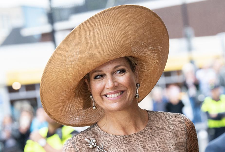 """Sa Majesté la Reine Máxima des Pays-Bas portait le chapeau préféré, le """"Bellissima"""" de la Maison Fabienne Delvigne lors du lancement de l'AI-cursus Junior."""