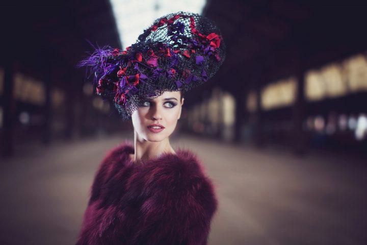 Chapeau couture extraordinaire. Chapeau aux jeux de transparence avec ruban.