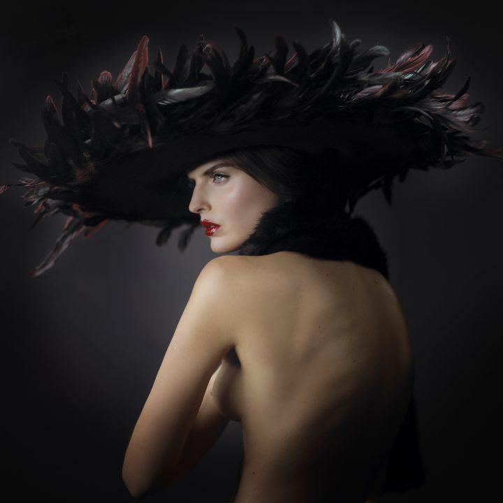 Spectaculaire chapeau Haute Couture garni de plumes au dégradé de couleur dans les tons rouges et noirs