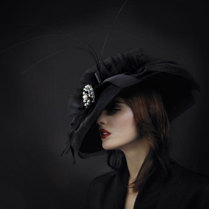Chapeau Couture très élégant garni d'un bijou sur le devant