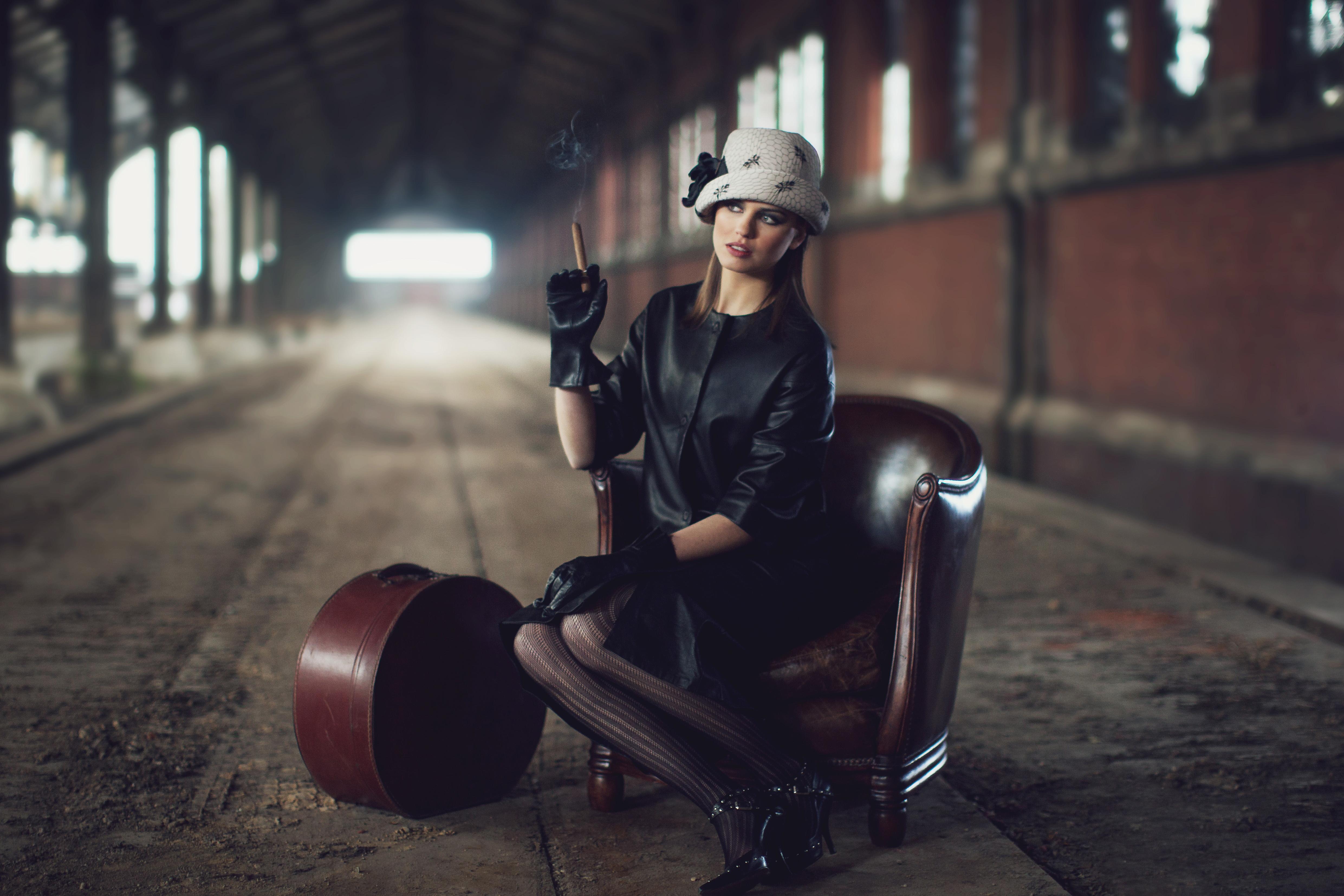 Chapeau classique esprit vintage Chapeau années 20 en crêpe de soie beige rosé garni d'un camélia noir