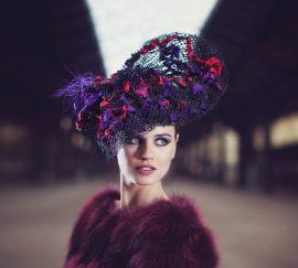 La créatrice de chapeaux vous invite au voyage pour une nouvelle aventure. Une jeune femme part pour un destin inconnu ou un amant tant rêver.