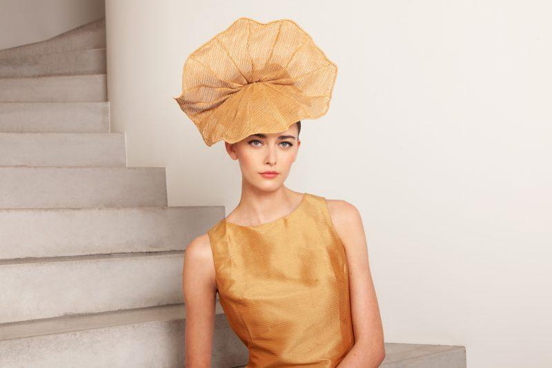 Chapeau au caractère audacieux couronné d'une pureté sensuelle.