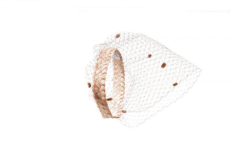 Le nouveau serre-tête avec voilette mouchetée de la Maison Fabienne Delvingne est l'accessoire essentiel de cet été 2020.